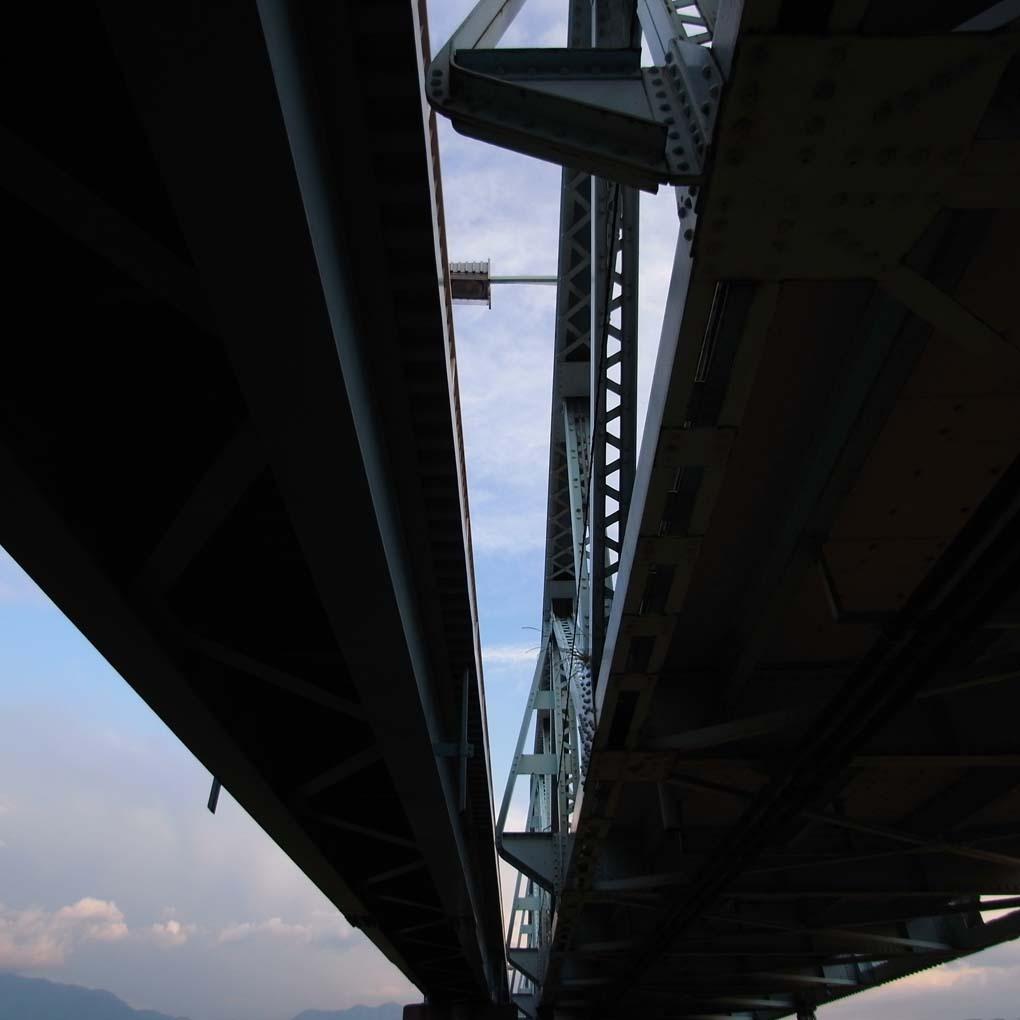 下から見上げた橋(カラー)