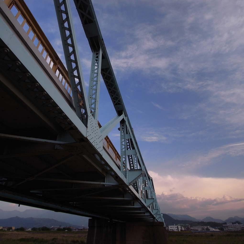 右下から見上げた橋(カラー)