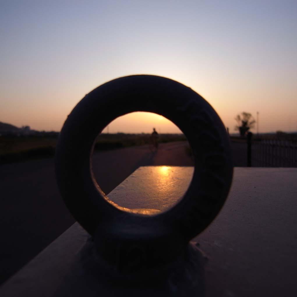 輪の向こうの夕景(カラー)