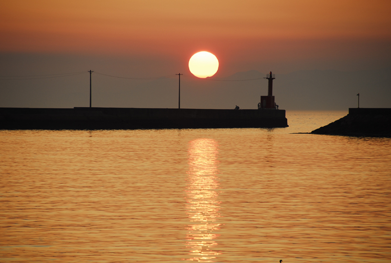 夕陽と漁港