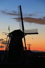 印旛沼・風車 - 夕映えのシルエット -