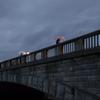 石橋を渡る人々