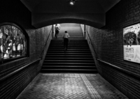 階段を上る男