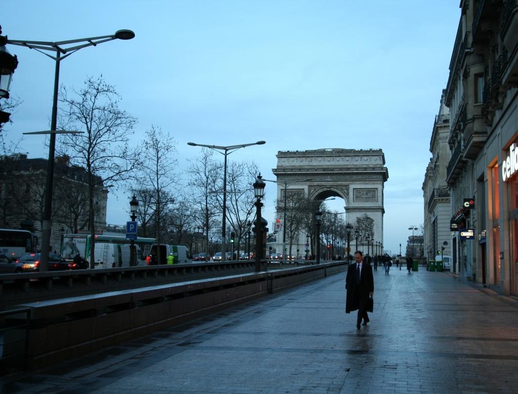 凱旋門の朝