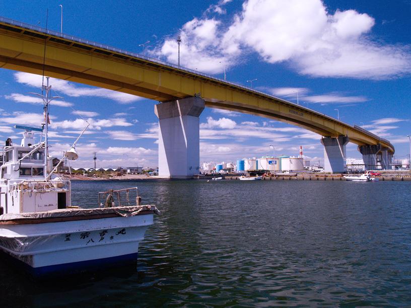 港に架かる橋