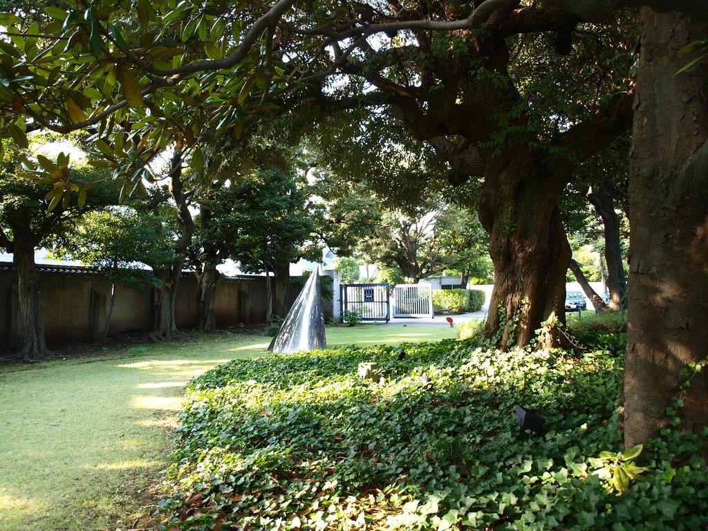原美術館の庭で