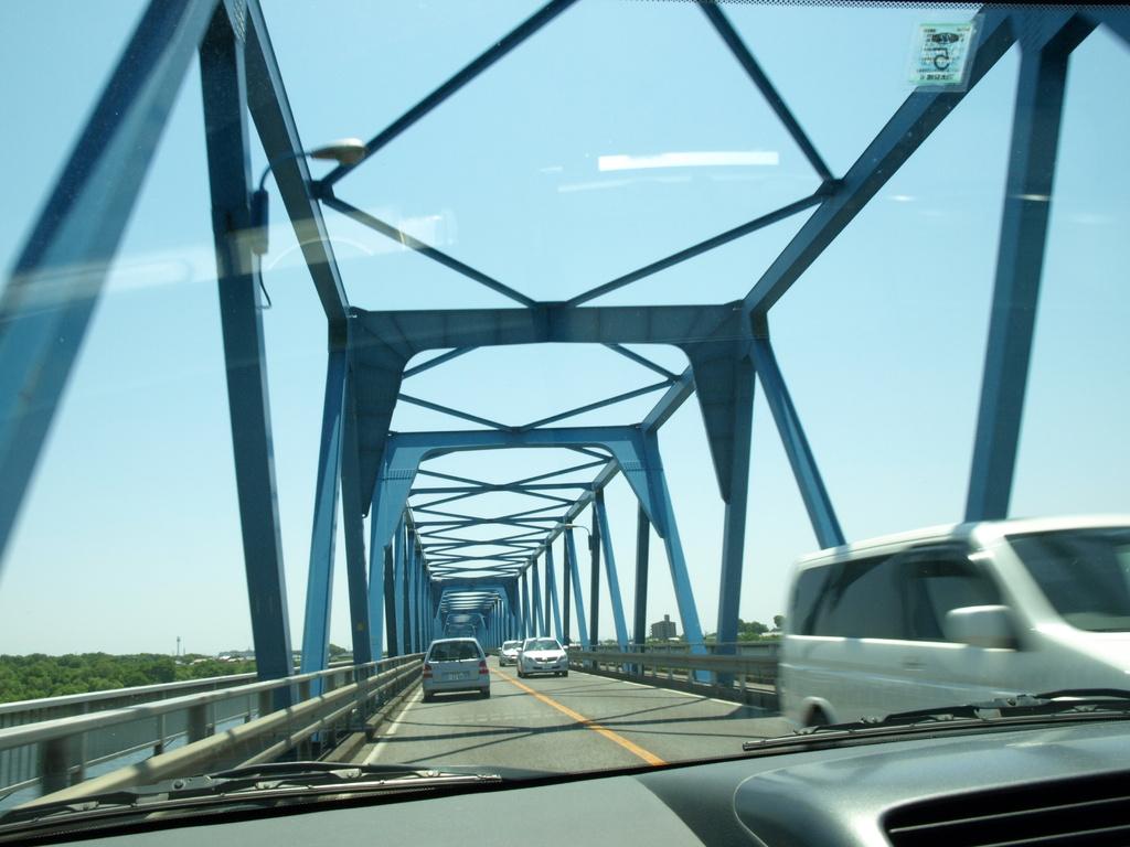 青い空に青い橋