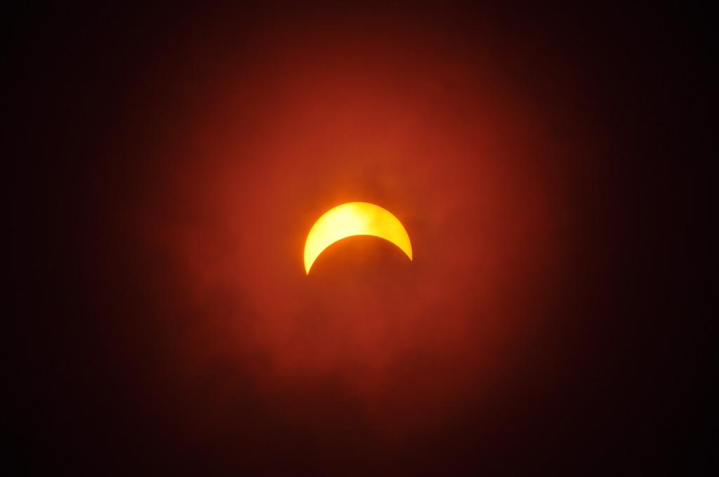 雲の中の日食!