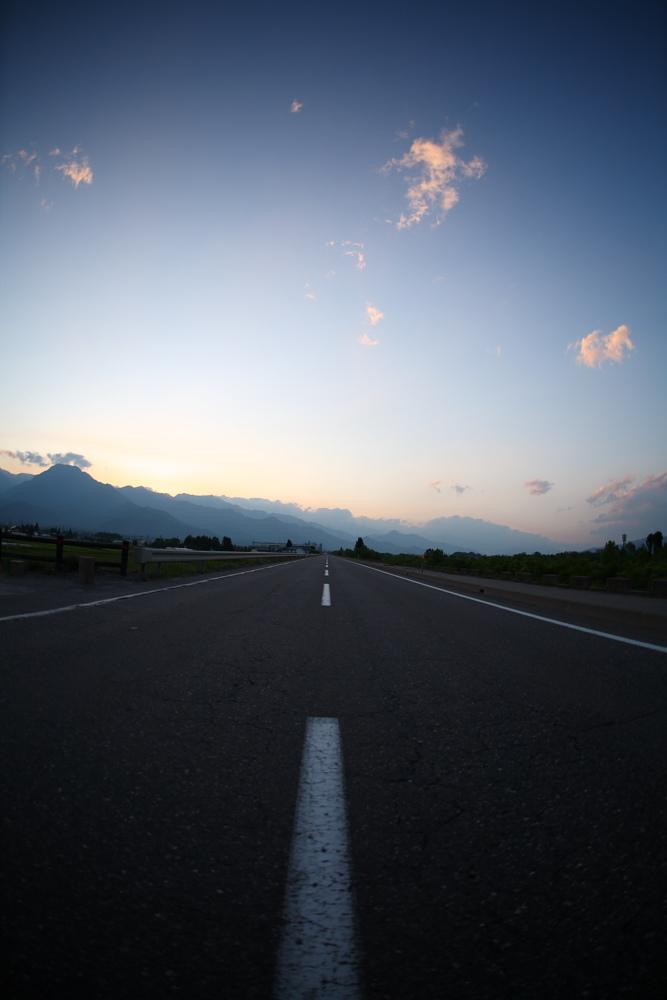 夜へと続く道