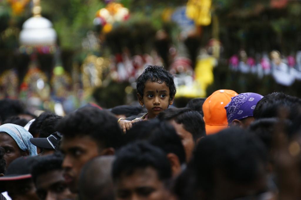 群衆の中の少女