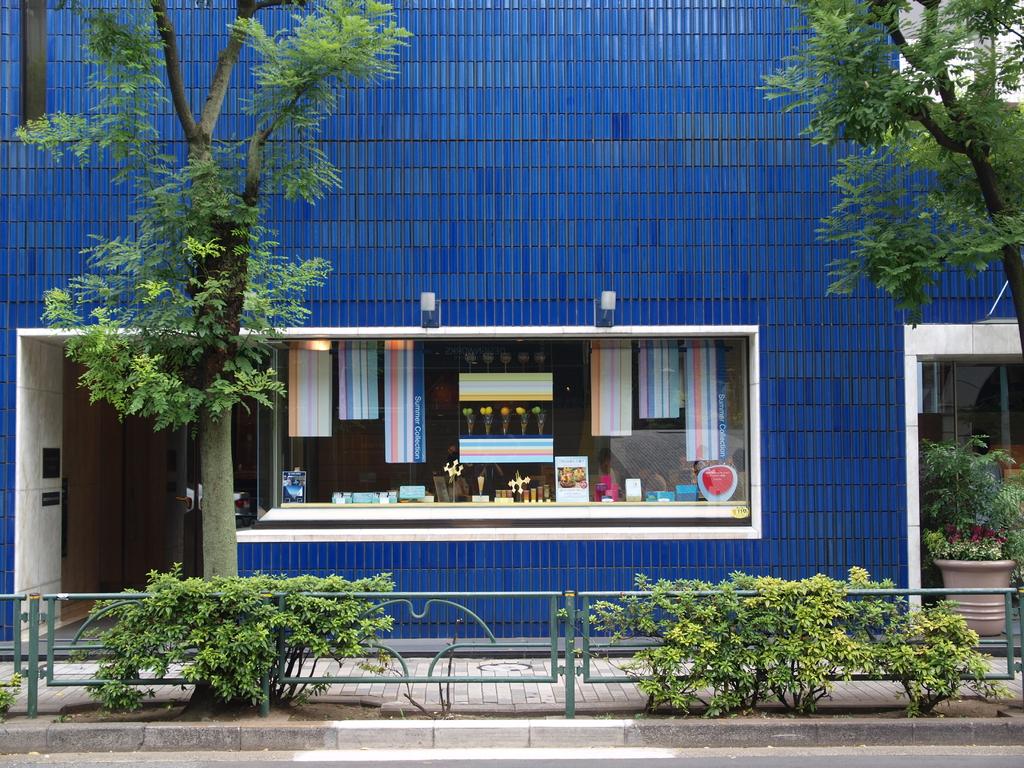 青いタイル壁