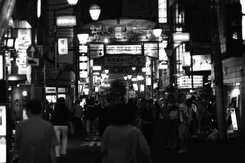 繁華街の夜