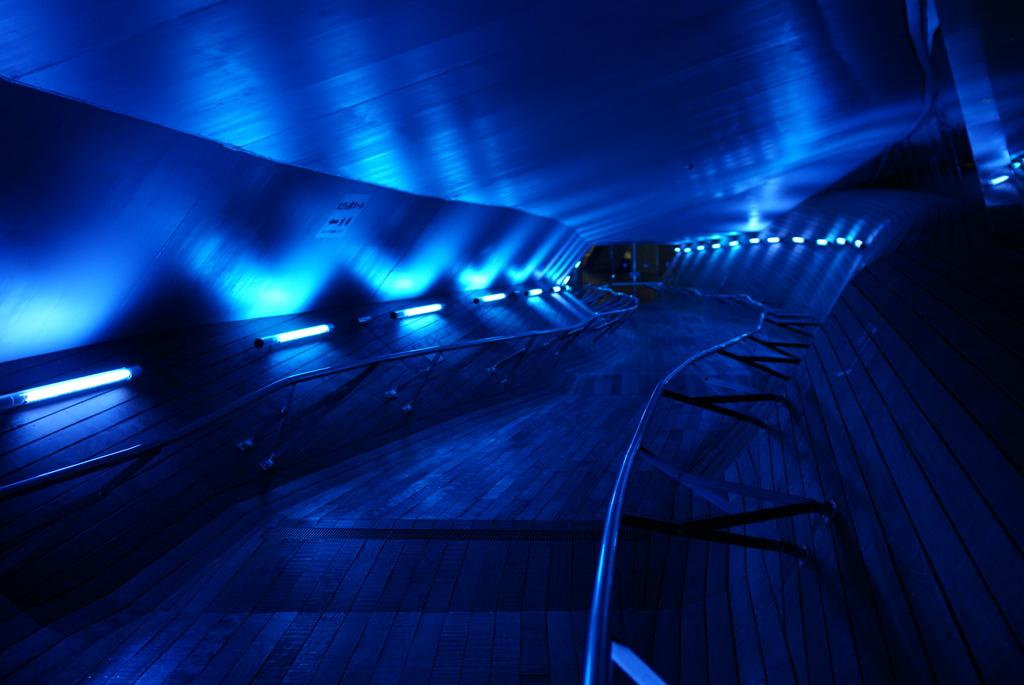 横浜大桟橋の青の通路