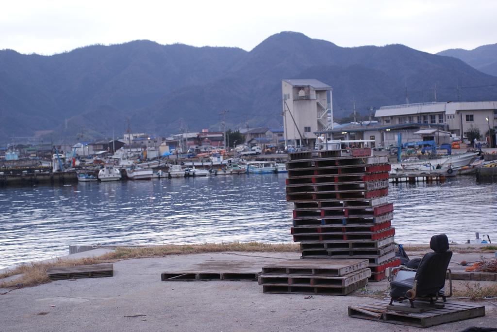漁港に椅子?!