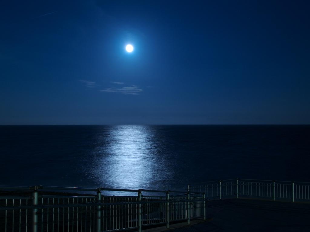 満月とさざ波