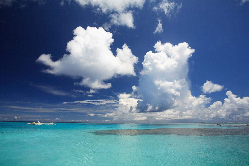 塗り絵のような空と海