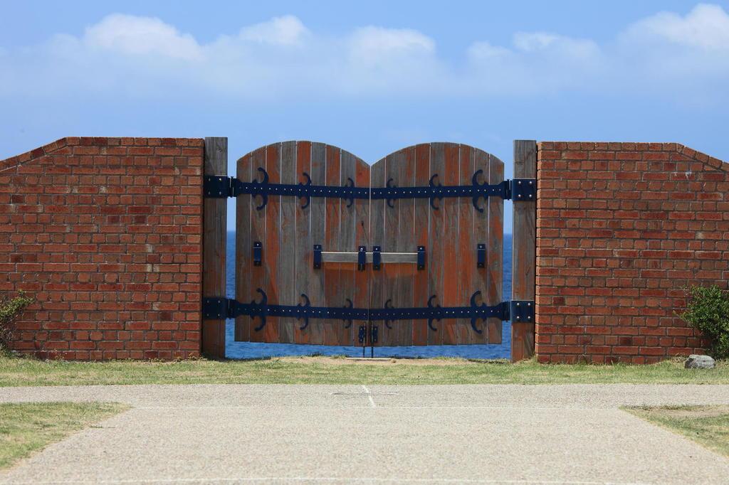 門の向こうには