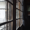 舞台正面の明り取りの窓
