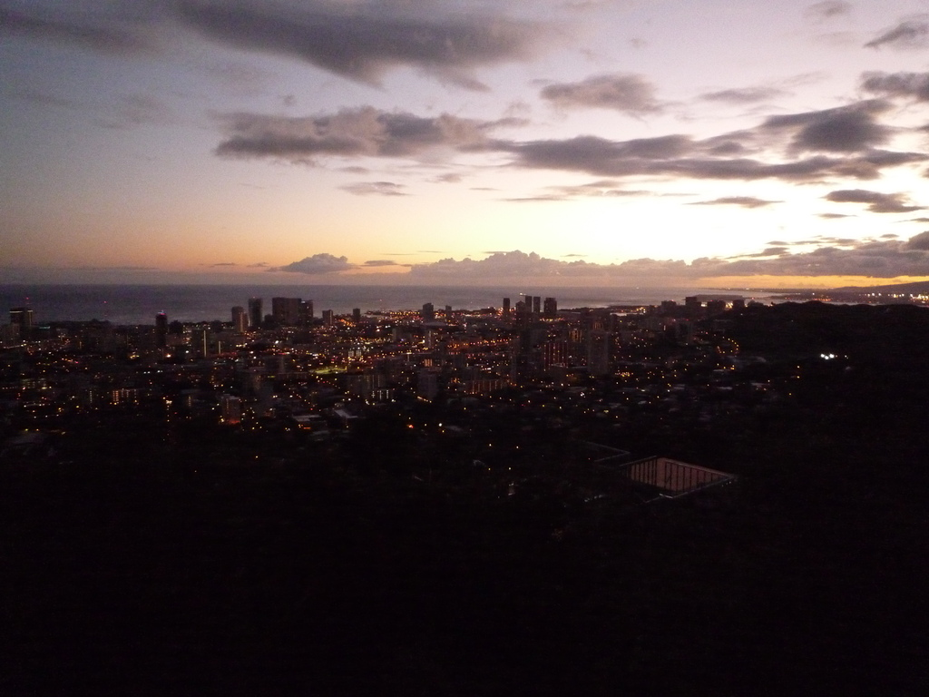 夕闇迫る街。