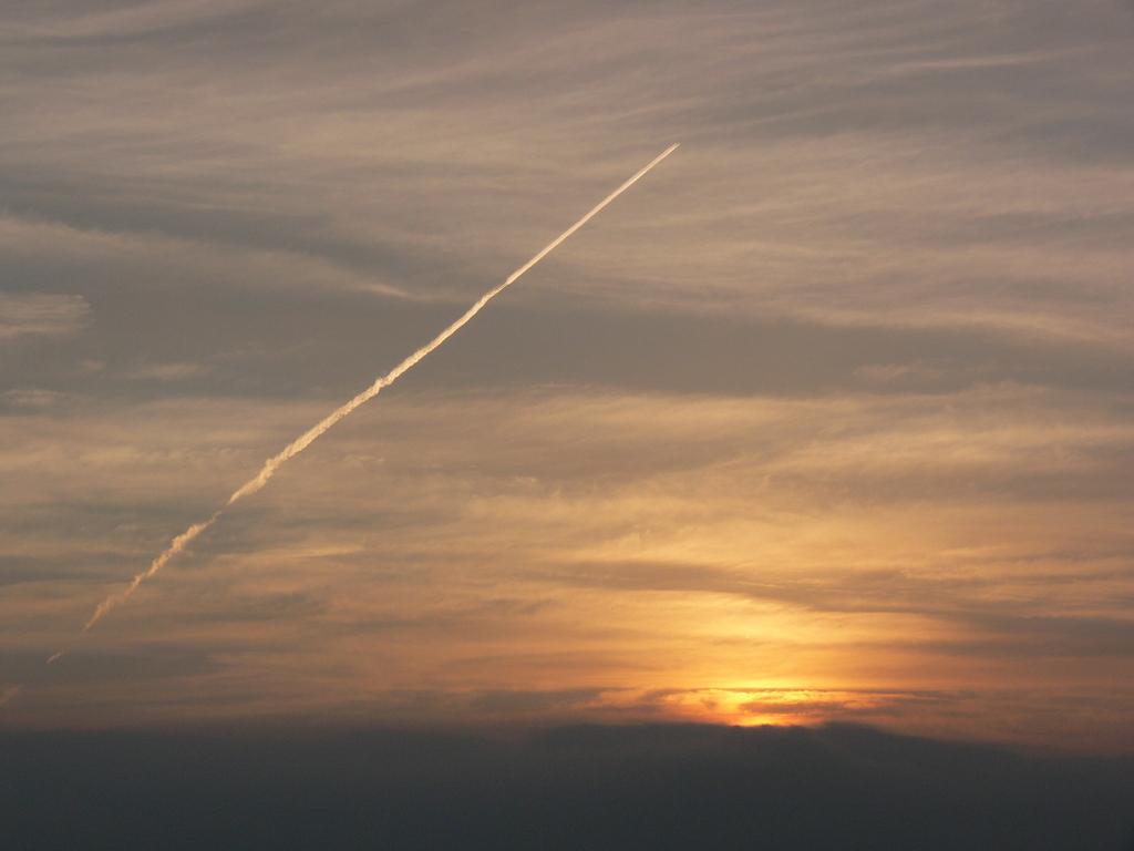 朝焼けと飛行機雲