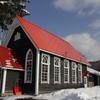 赤い屋根の教会の冬