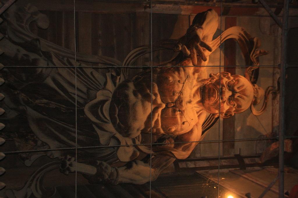 東大寺南大門 金剛力士像(吽像)  東大寺の大仏殿に向かって左側の金剛力士像は吽像で、口を閉じて