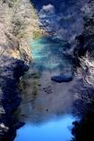 鈷色の早春渓