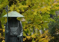 修行大師像と色付く銀杏