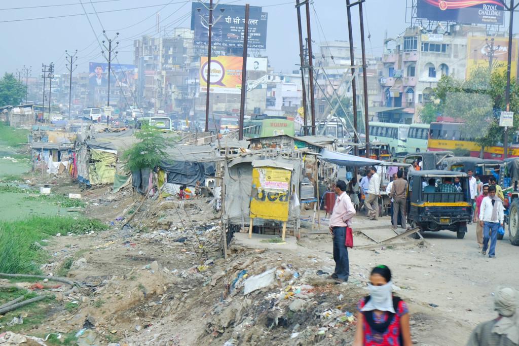 発展と影 撮影日:平成26年11月5日 インドの地方都市パトナ市街をバスから撮... 発展と影