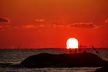ダルマ朝日と沖のカモメたち