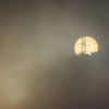 霧の朝日と鉄塔