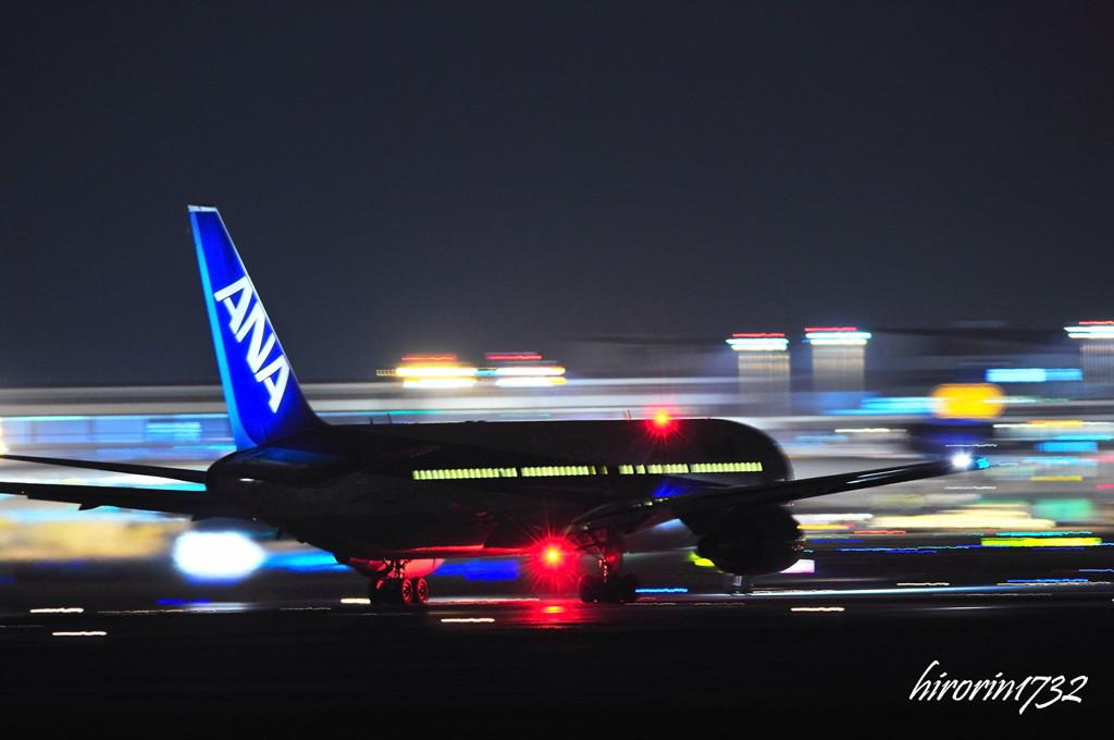 成田空港夜の流し撮り 在庫より! 横ではなく、遠ざかって行く流し撮りってカメラを振るタイミン..