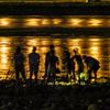 夕暮れの長良川の水辺で(石投げ)