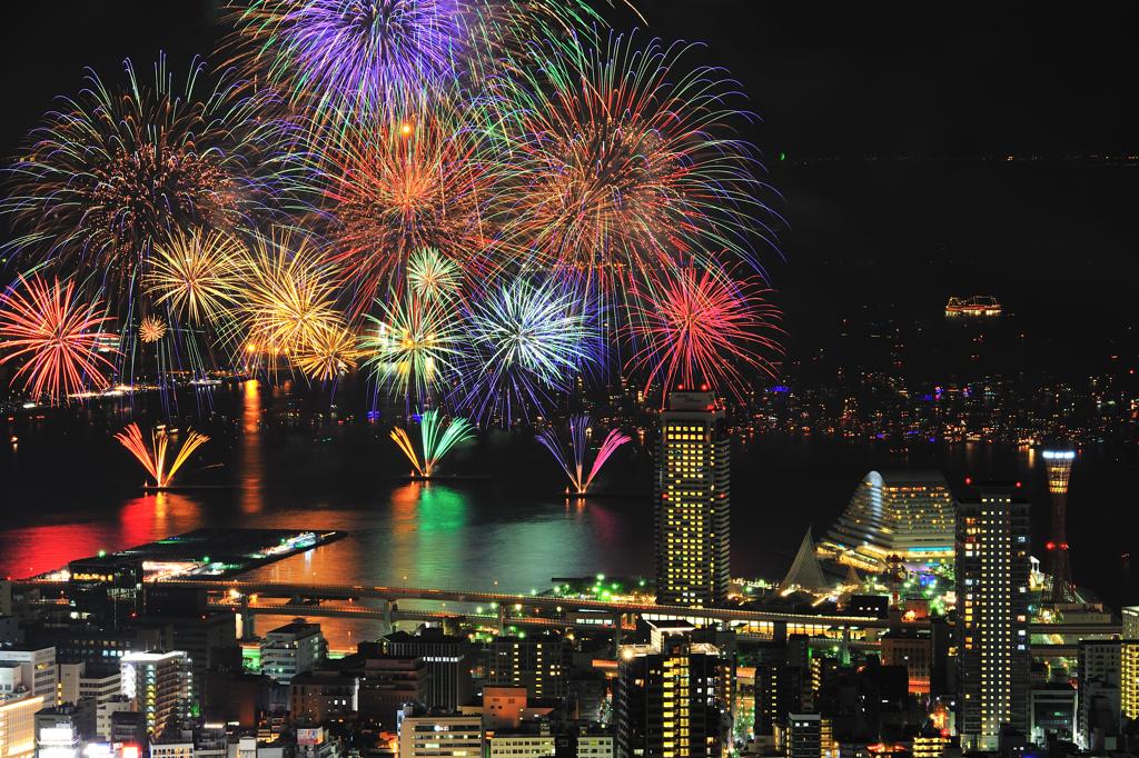 打ち上がる1万発の花火。みなとこうべ花火大会です。日程はこちら