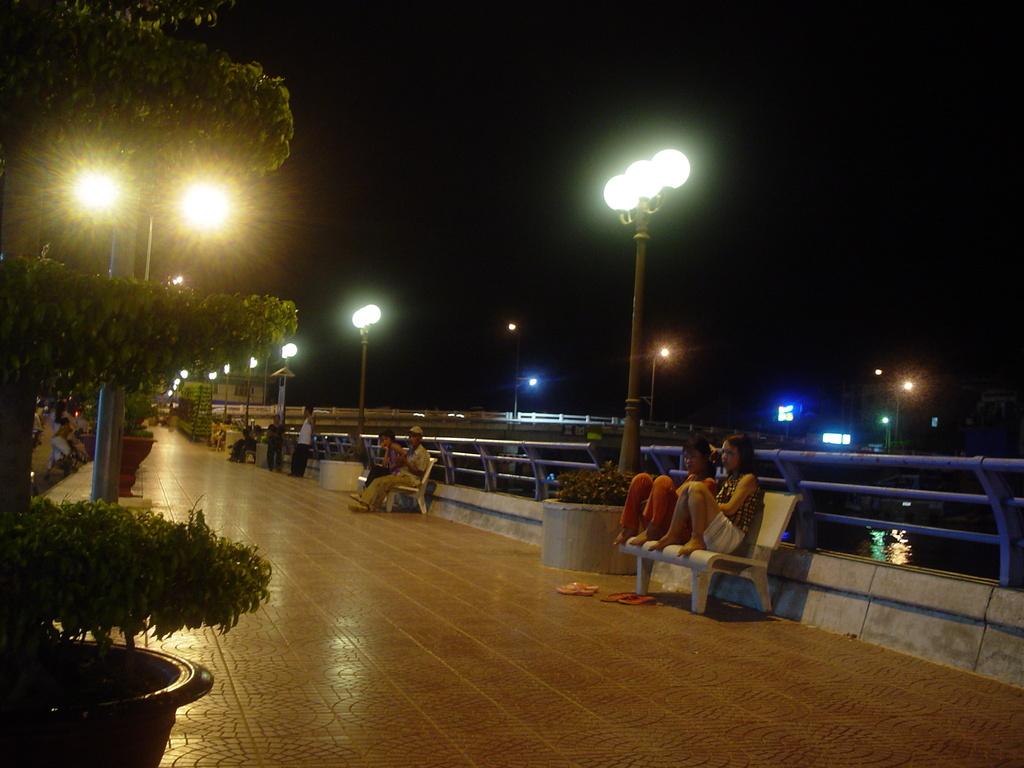 運河端の遊歩道で涼む