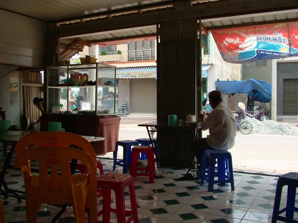 昼下がりの暑さをカフェでやり過ごす