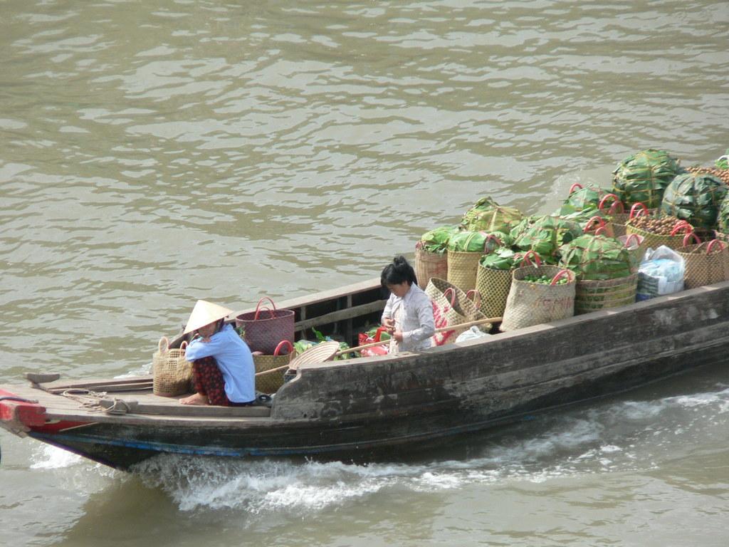 市場へ向かうボート