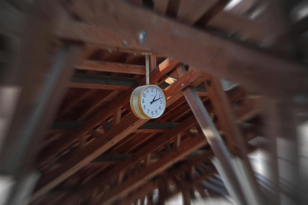 時計と木の梁