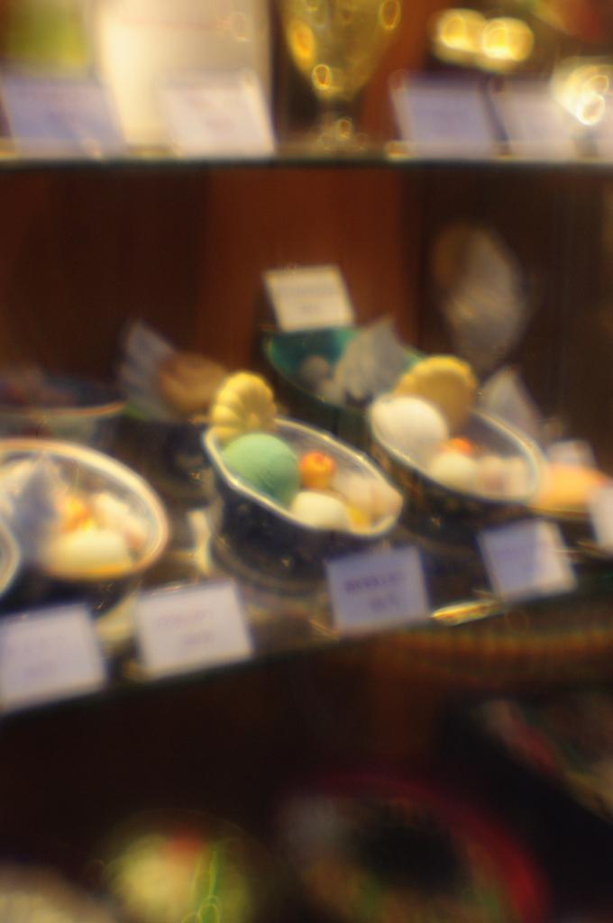 甘味屋の店頭ディスプレイ(浅草、レンズベビー Plastic Optic)