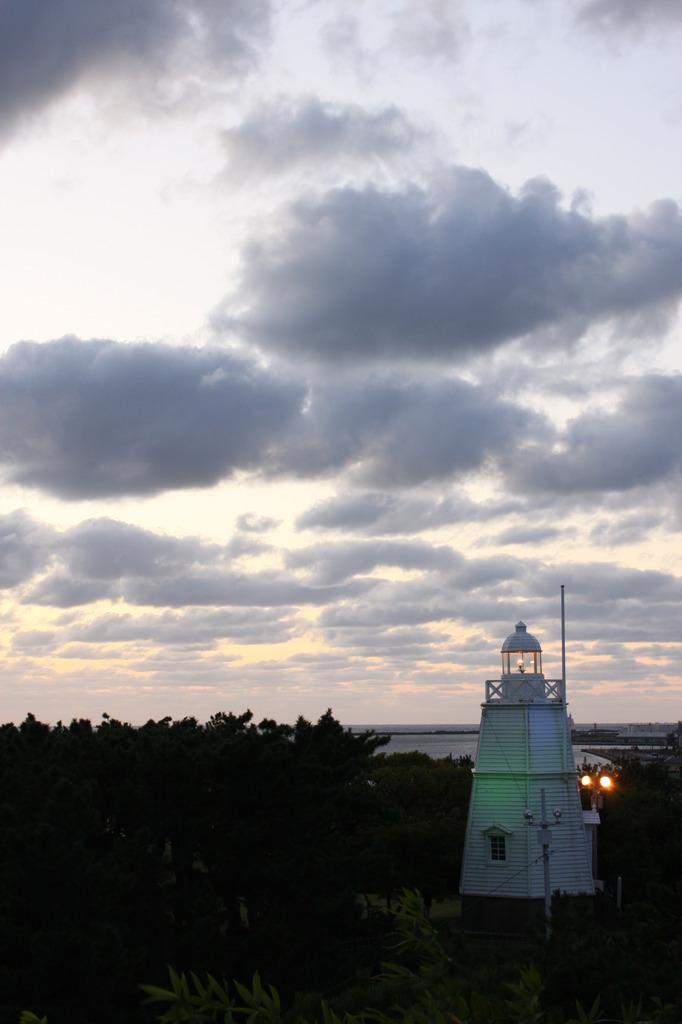 夕暮れの六角灯台
