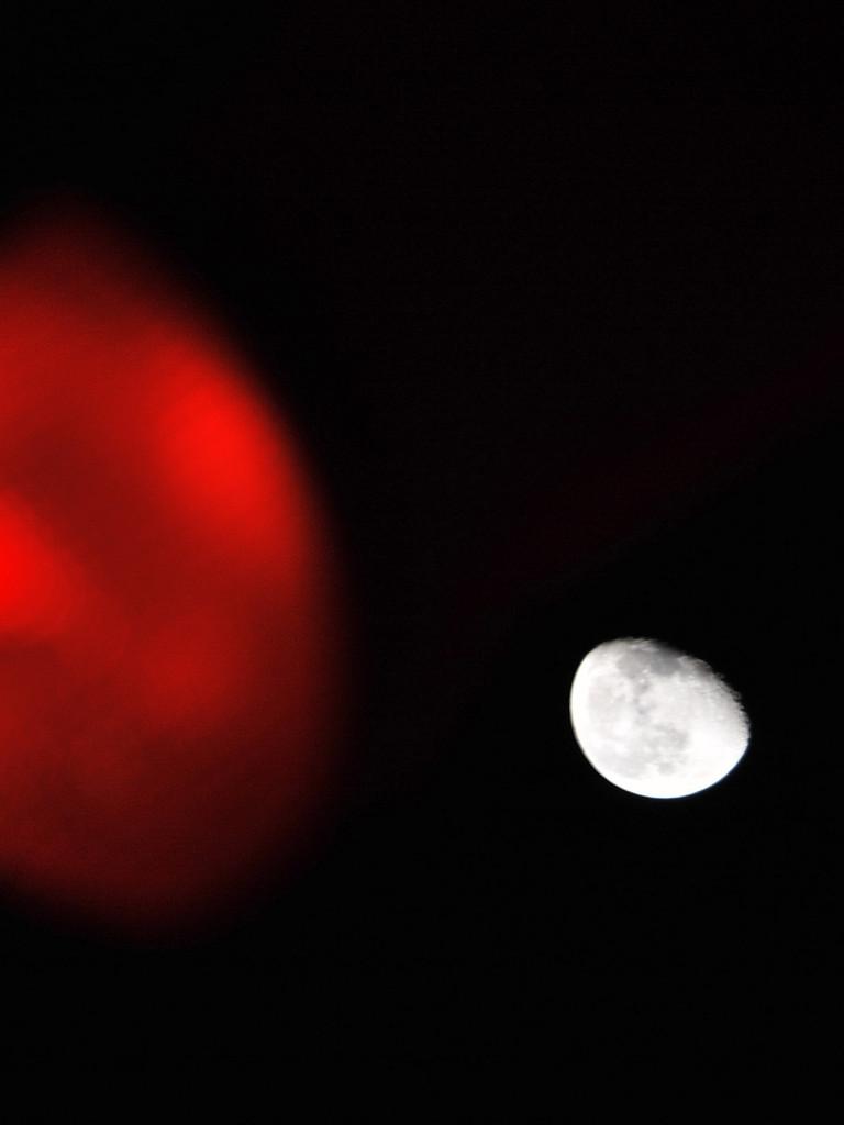 月と赤信号