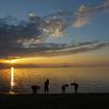 日の出と琵琶湖と子供たち