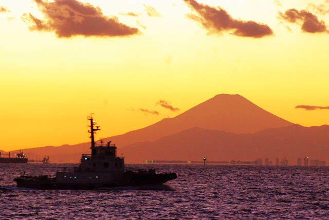 夕日と富士と小さな船