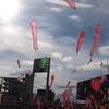 雨上がりの空に舞うジェット風船