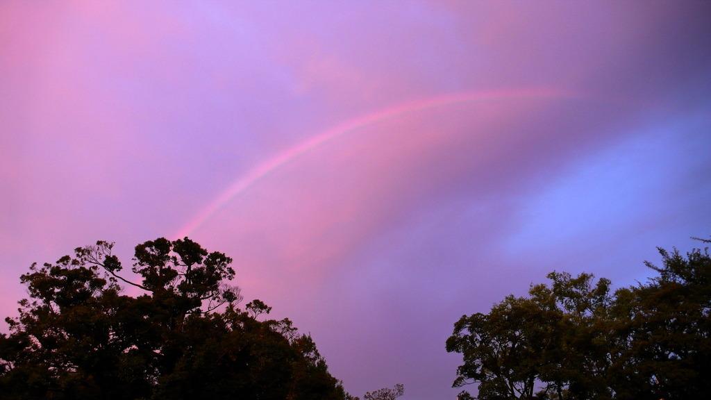 夕日に浮かぶ虹