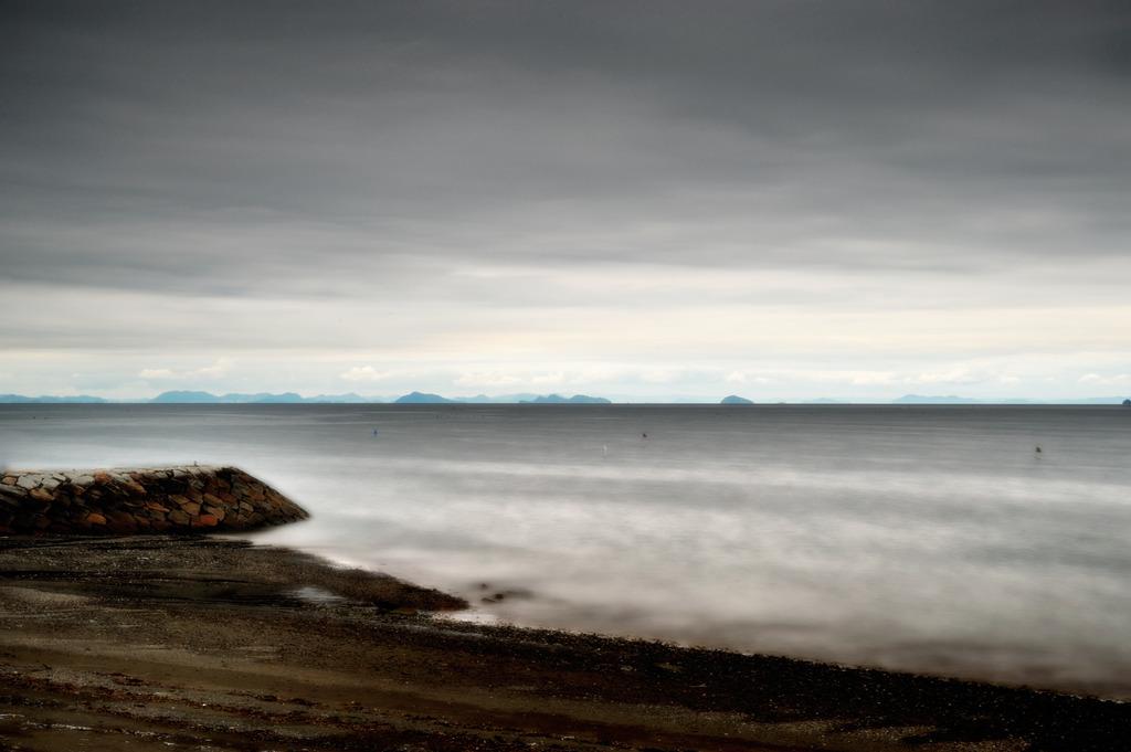 曇天に光る海