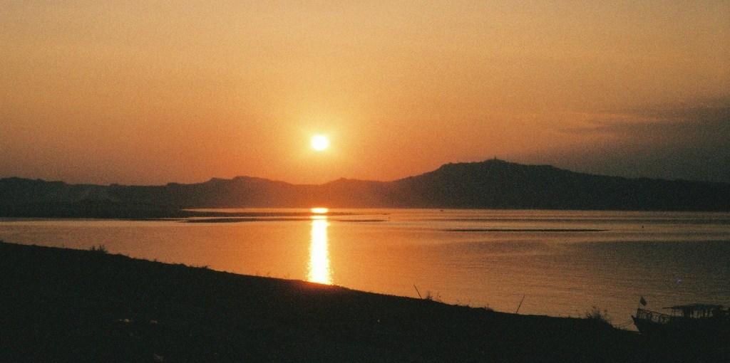 夕日に染まるイラワジ川(ミャンマ-)
