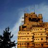 黄金色に輝く軍艦ビル