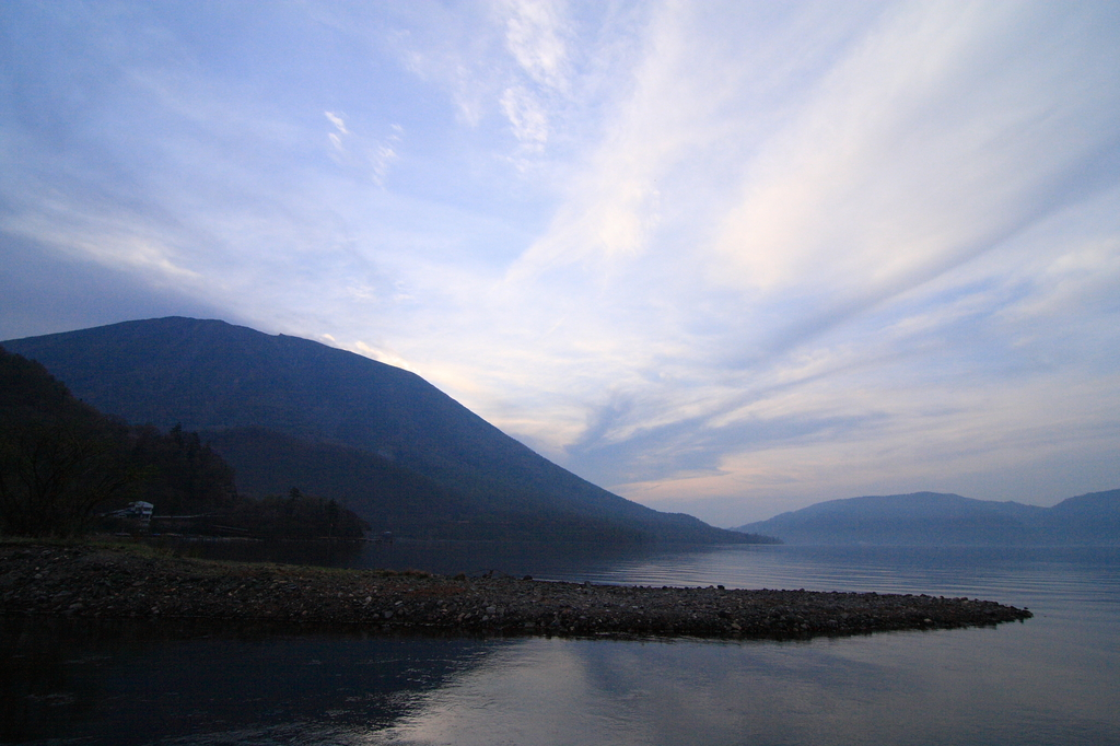 朝の男体山と中禅寺湖