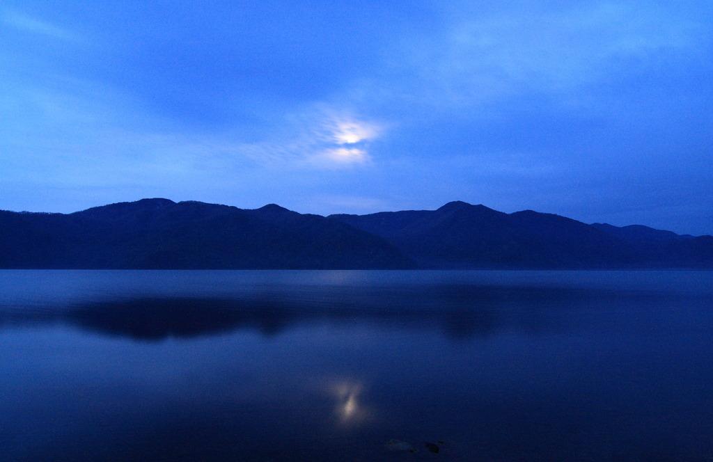 中禅寺湖にうつる月